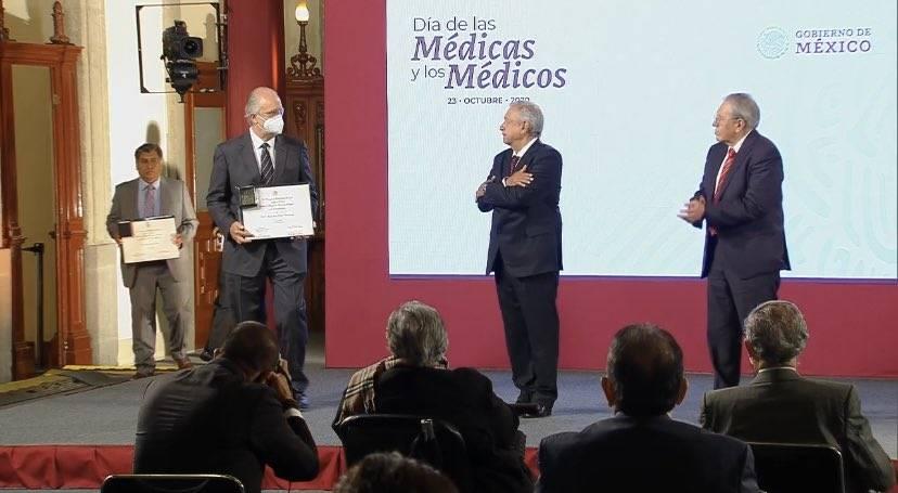 AMLO entrega reconocimientos a trabajadores del sector Salud