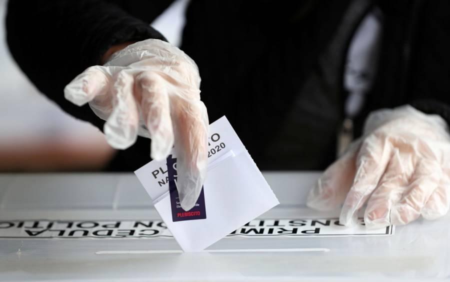 Chilenos deciden este domingo si avanzan hacia una nueva Constitución