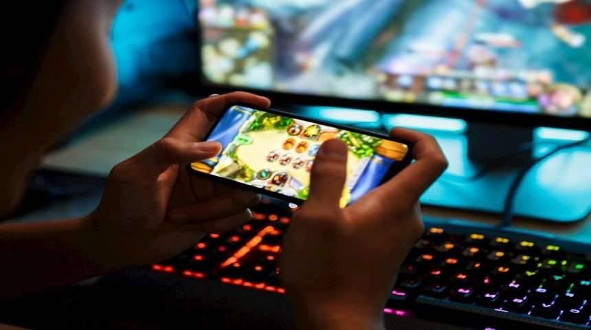 Cuáles son los riesgos de jugar videojuegos en línea, especialmente menores de edad