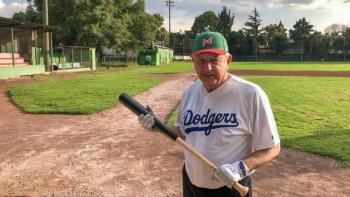 AMLO se deja ver como aficionado del beisbol