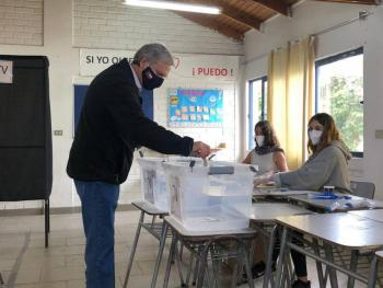 Chilenos aprueban cambiar la Constitución de Pinochet