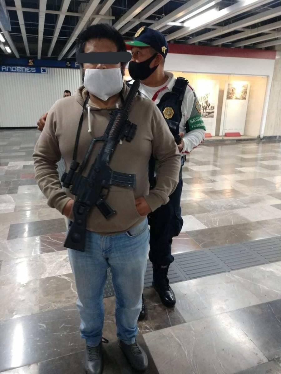 Trasladan a MP a hombre con metralleta que entro al Metro