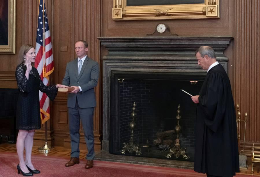 Barrett asume como jueza  en la Corte Suprema de EU