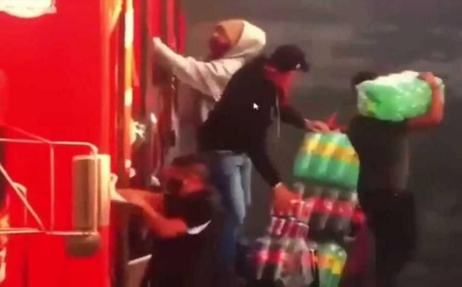 Video: Camiones de refrescos son saqueados por normalistas de Michoacán