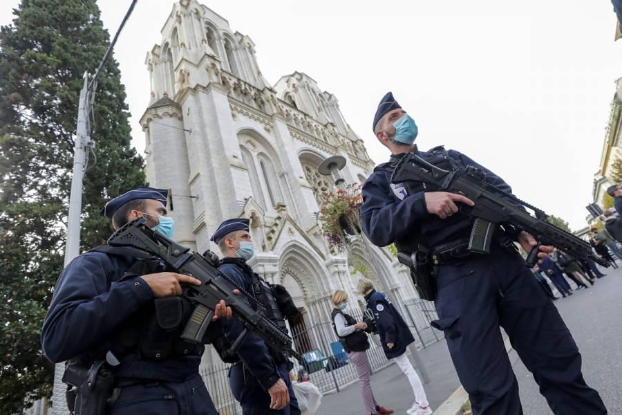 Ataque en iglesia de Niza deja tres muertos, incluida una mujer decapitada