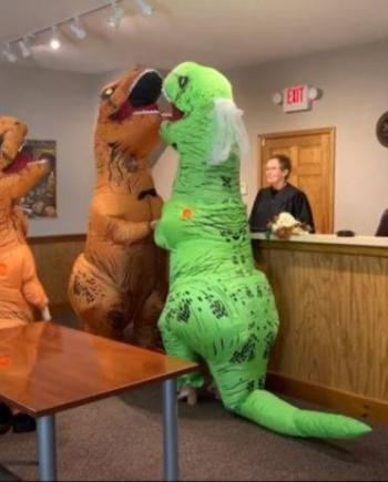 Video: ¡Dinoboda! Pareja se casa disfrazada como Dinosaurio