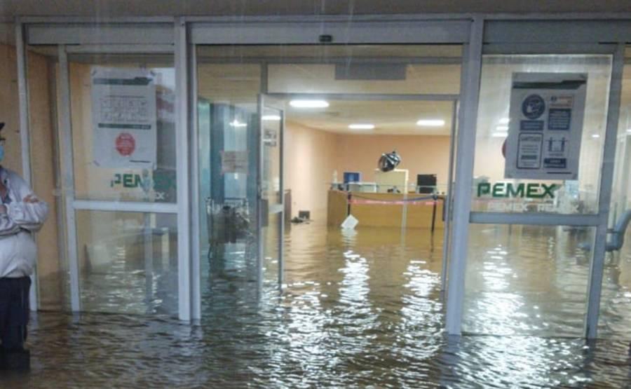 Evacúan hospital de Pemex por inundación después de 24 horas