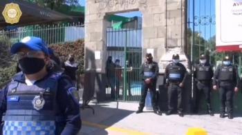 CDMX: Policías impiden aglomeraciones en panteones de capitalinos