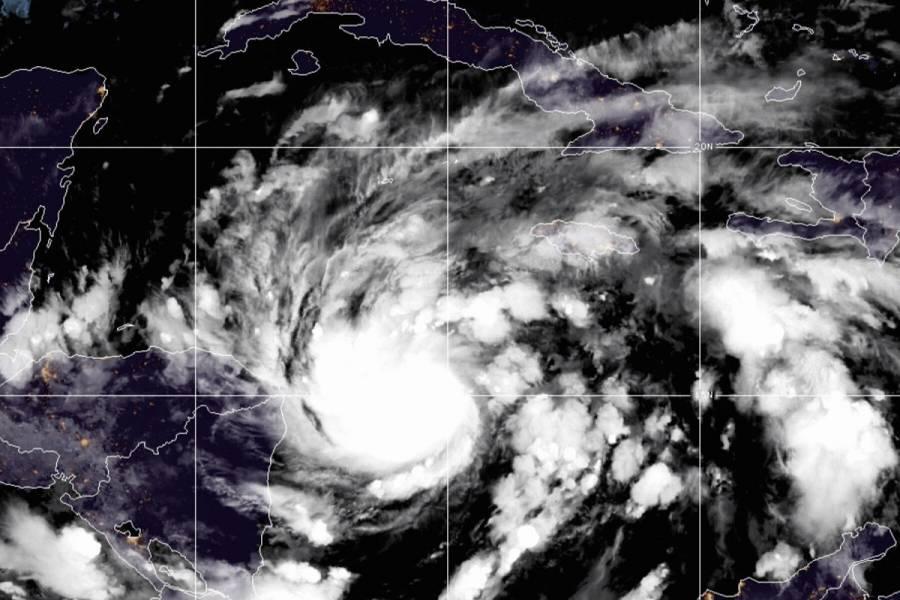 """""""Eta"""" se convierte en huracán y amenaza a Centroamérica"""