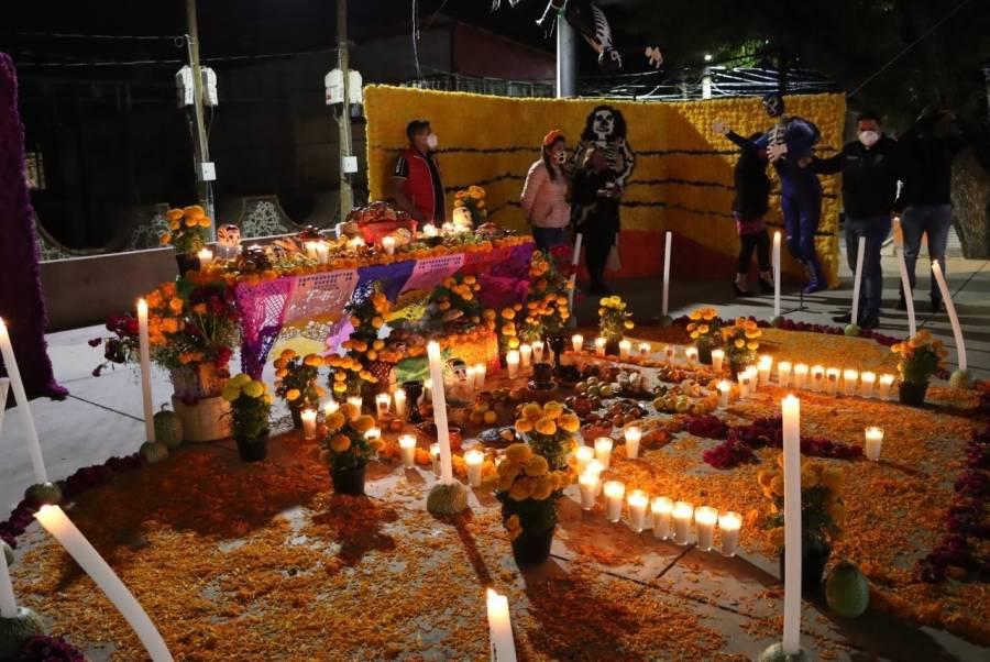Milpaltenses cambiaron visitas a panteón por rituales en casa