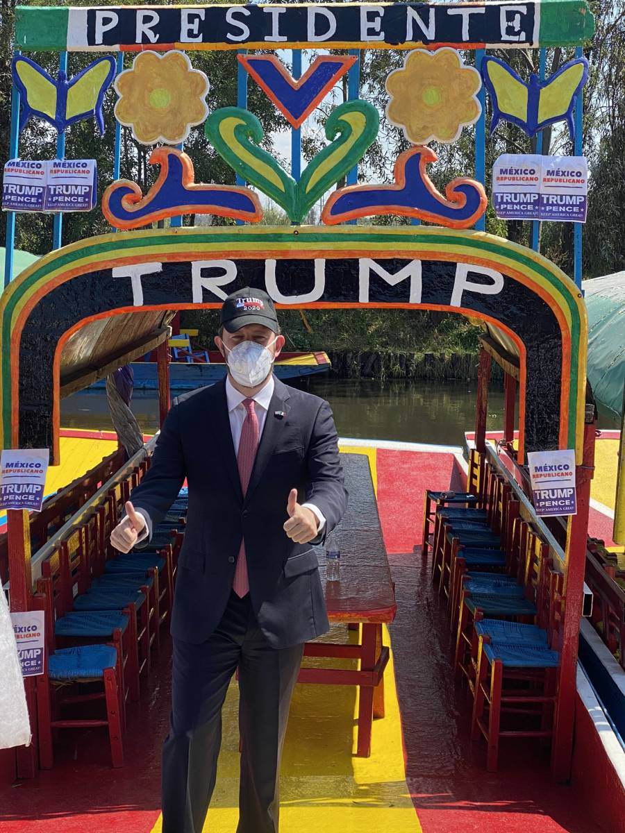 """""""¡Llévela, llévela!"""", rematan corbatas de Donald Trump"""