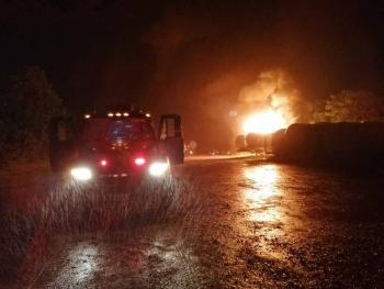 Explotan contenedores de diésel en carretera de Tabasco