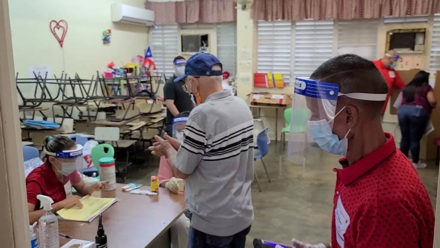 Pese a largas filas de espera, cierran colegios electorales en Puerto Rico