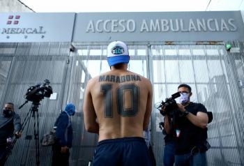 VIDEO: Aficionados expresan su apoyo a Maradona afuera del hospital