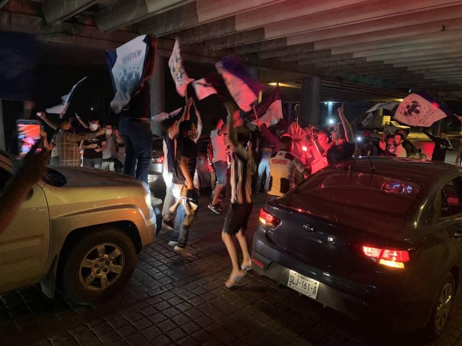 Pese a Covid-19, aficionados acuden a la macroplaza para festejar título de Monterrey en Copa MX