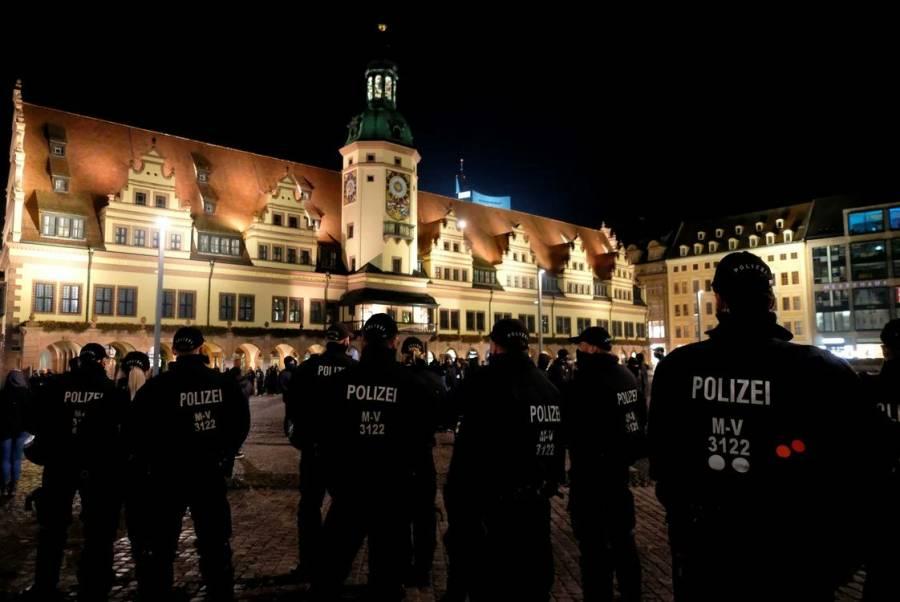 Por restricciones anti-Covid miles en Alemania protestan sin cubrebocas