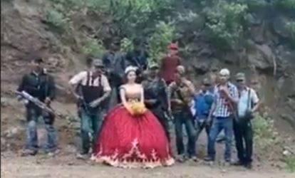Video: Quinceañera cambió a los chambelanes por sicarios