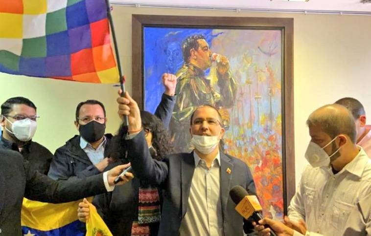 Canciller venezolano tira cuadro de Guaidó en la Embajada en Bolivia