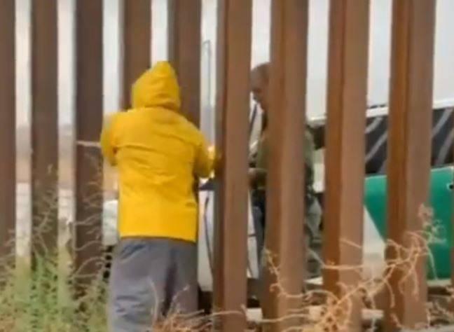 """""""Del otro lado"""" Patrulla Fronteriza compra tamales a mexicano"""