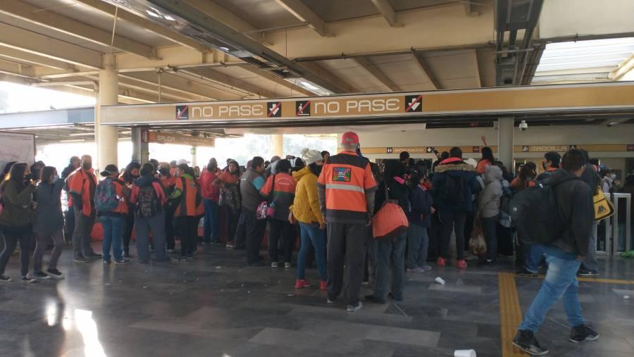 Personal de limpieza del Metro se manifiesta dejando pasar gratis a usuarios