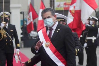 Manuel Merino asume presidencia de Perú y ratifica elecciones en abril