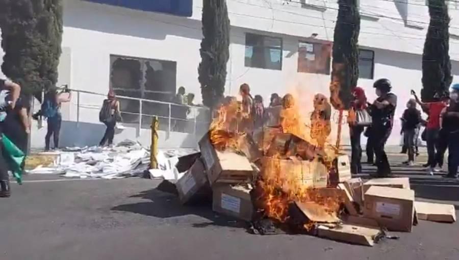 Feministas vandalizan FGJ CDMX en protesta por feminicidios y represión en Cancún