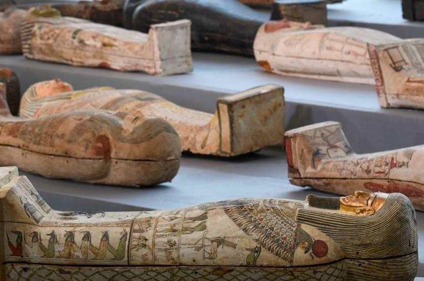Egipto presenta más de cien sarcófagos intactos descubiertos en Saagara