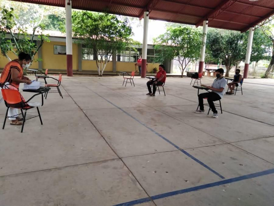 Pese a pandemia, en Juchitán dan clases casas por casa