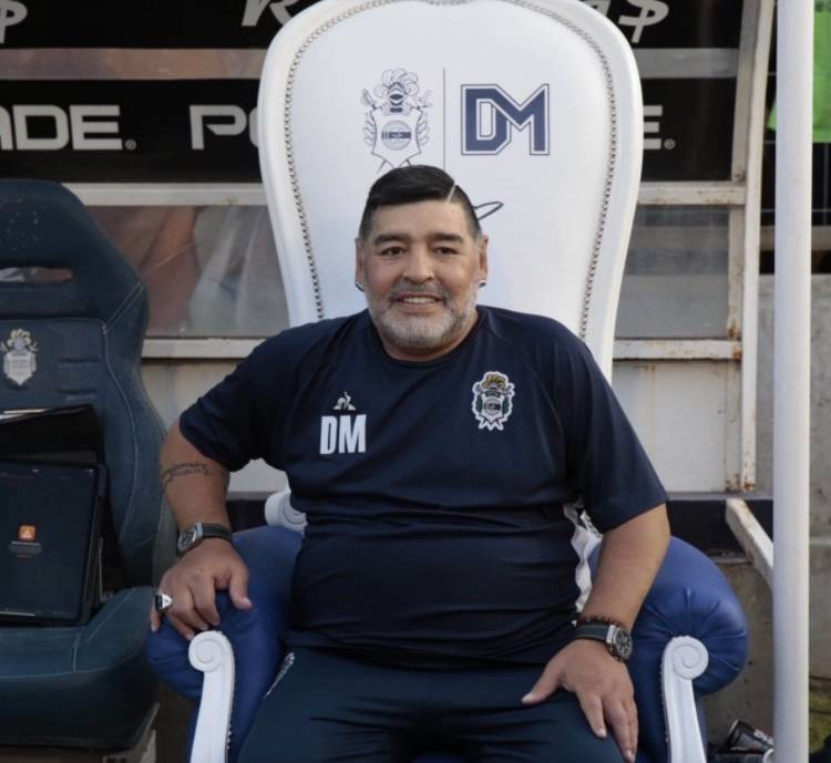 Tras operación, Maradona regresa al trabajo con el Gimnasia y Esgrima