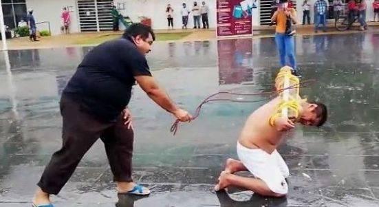 Exdelegado de Tabasco se flagela en protesta por desatención debido a inundaciones
