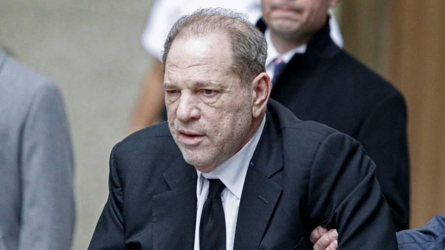 """Aíslan en la cárcel a Harvey Weinstein por """"serios"""" síntomas de Covid-19"""