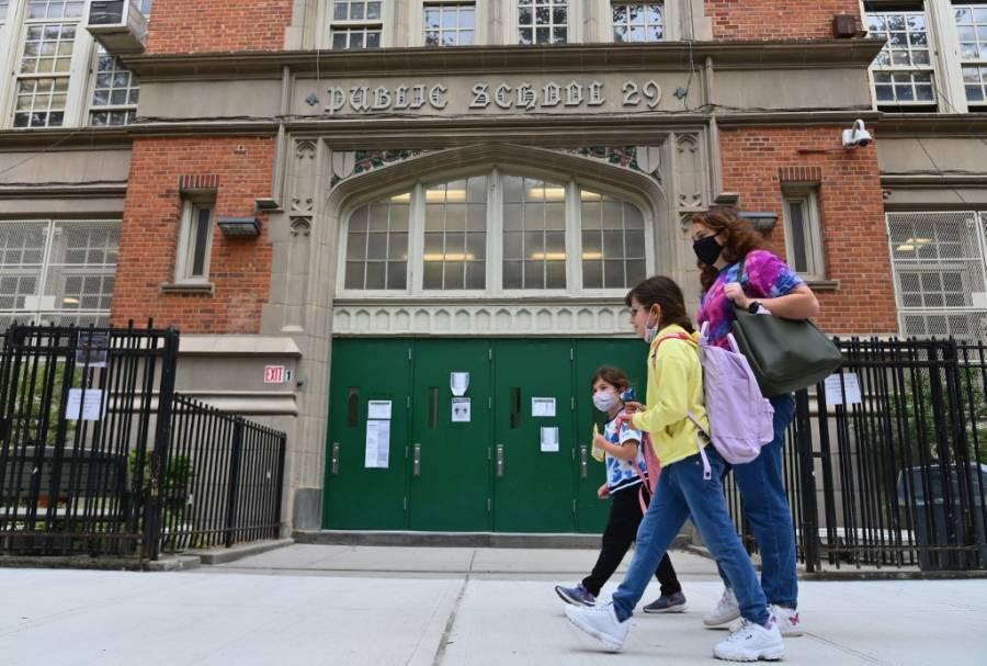 Nueva York cierra escuelas de nuevo por incremento de casos por Covid-19