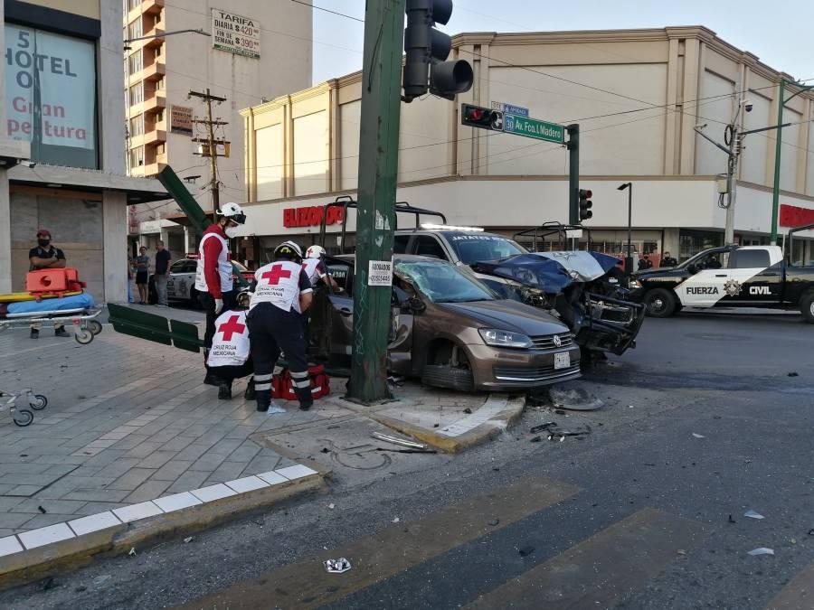 Video: Patrulla ignora semáforo y provoca choque que deja un muerto y dos lesionados en Monterrey