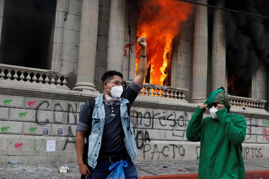 VIDEO: Manifestantes incendian Congreso de Guatemala por recortes a presupuesto 2021