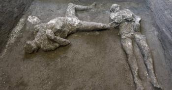 Descubren arqueólogos cuerpos de hombre y su esclavo en Pompeya