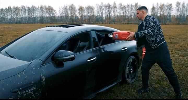 Influencer quema su Mercedes Benz de tres mdp para protestar contra concesionario