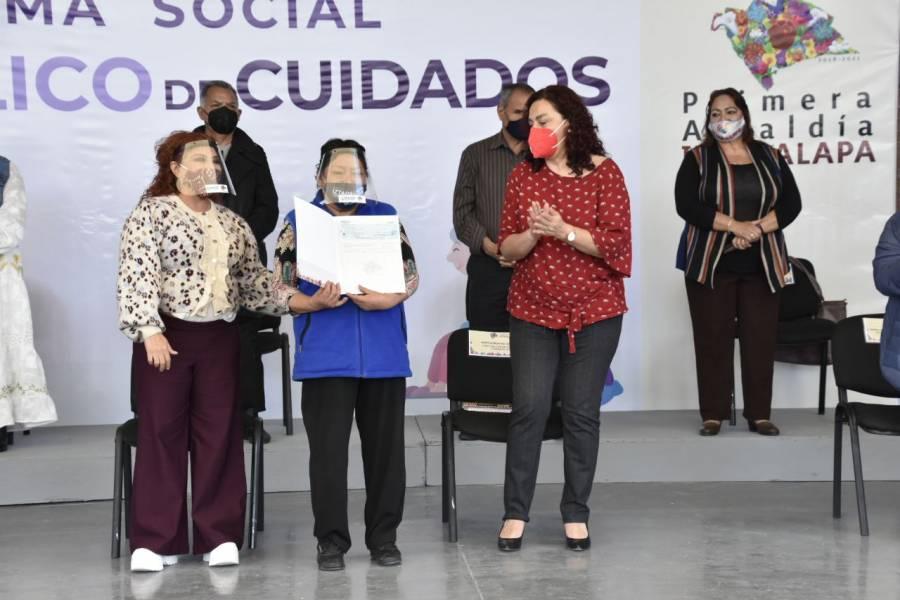 Otorga Iztapalapa apoyo económico a cuidadoras y cuidadores de personas