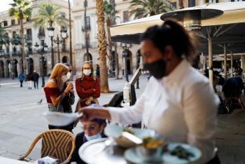 Bares y restaurantes en Barcelona reviven tras cinco semanas cerrados por COVID-19
