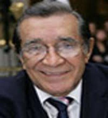 Muere Víctor flores olea, destacado diplomático y académico
