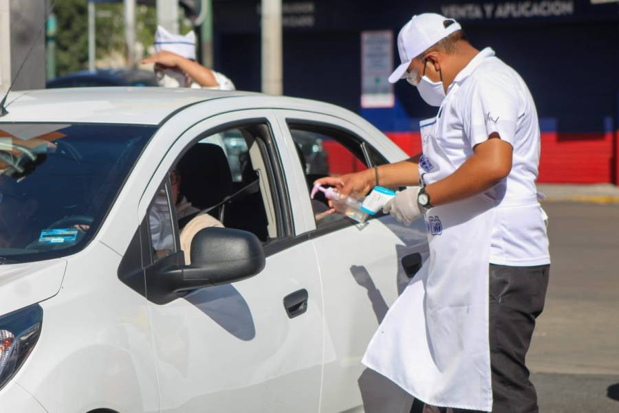 """Ante la pandemia, taquerías y pizzerías usan el """"drive thru"""""""