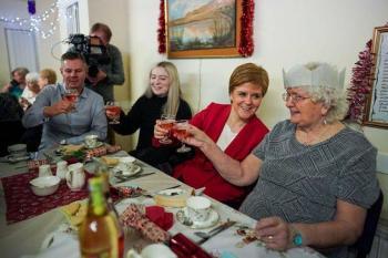 España limitaría a 6 personas festejos de Navidad por COVID-19