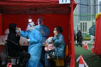 Repuntan casos de COVID-19 en China; dos contagios causados por carne de cerdo