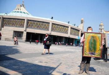 Esperan peregrinos pese a cierre de la Basílica