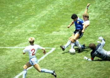 Maradona, un genio con los pies que en Inglaterra es recordado por su mano