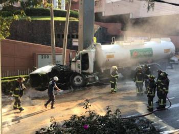 Choca pipa de Pemex y evacuan a 600 personas