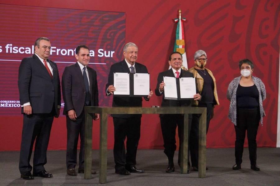 AMLO firma decreto que extiende beneficios fiscales en las fronteras norte y sur