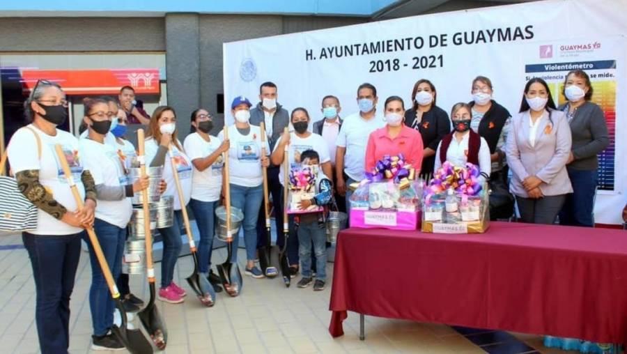 Alcaldesa morenista regala palas a familias para que busquen a sus desaparecidos