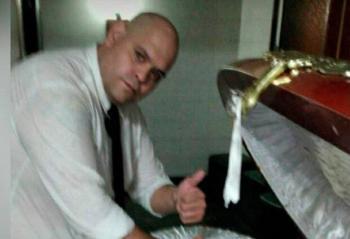 Echan a 3 empleados de funeraria;  se toman selfies junto al cadáver