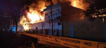 Se registra fuerte incendio en avenida Universidad, frente a Centro Coyoacán