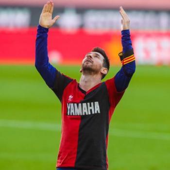 Con playera de Newell's, Messi rinde homenaje a Maradona